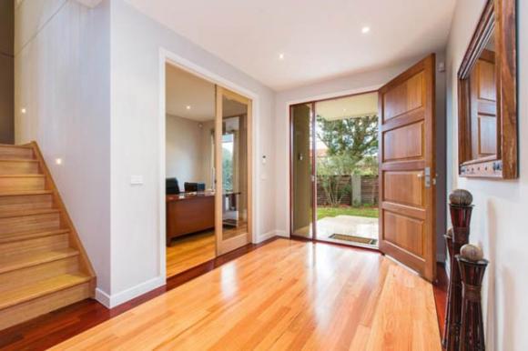 ติดตั้ง ประตูบ้าน เปิดเข้า หรือ เปิดออก แบบไหนดี กว่ากัน