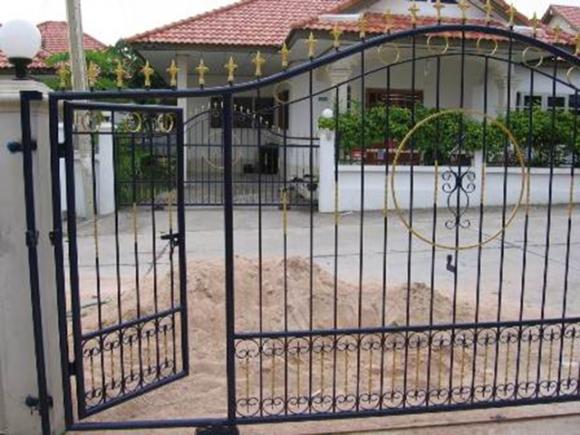 ประตูรั้วใหญ่บ้านใดมีช่องประตูบานเล็กในบานประตูเดียวกัน  ถือว่าผิดหลักฮวงจุ้ยอย่างยิ่ง ลักษณะประตูรั้ว 2  ประตุนี้จะส่งผลให้เกิดการทะเลาะเบาะแว้งกันอยู่เสมอ ...