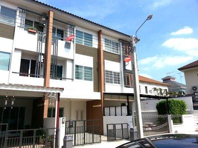 ขาย ทาวน์โฮม 3 ชั้น เดอะทรัสต์ซิตี้ งามวงศ์วาน 25 The Trust City Ngamwongwan เพียง 800 ม. จาก ถ.งามวงศ์วาน สิ่งแวดล้อมดี ทำเลเยี่ยม เหมาะทำโฮมออฟฟิส