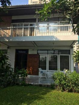 ให้เช่าบ้านเดี่ยว 2 ชั้นซอยสุขุมวิท63 ใกล้ BTS เอกมัย เดินทางไปซอยทองหล่อได้ พร้อมอยู่กลางเดือนพฤษภาคม 2561 ## House for rent 20,000   Baht per month.
