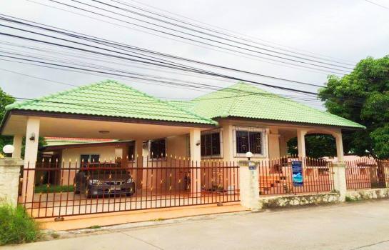 บ้านเดี่ยว ให้เช่า พัทยา 13000 บาทต่อเดือน (HRMY1)  ให้เช่าบ้านเดี่ยวในซอยสยามคันทรีคลับ ขนาดบ้าน 84 ตรว  3ห้องนอน 2 ห้องน้ำ ,ห้องรับแขก, ครัว 2 ครัว, ที่จอดรถ 2 คัน, มีเฟอร์นิเจอร์บิ้วอิน สองห้องนอน มีโซฟา  ตู้เย็น  แอร์ 2 ตัว โต๊ะกินข้าว น้ำอุ่น สอ